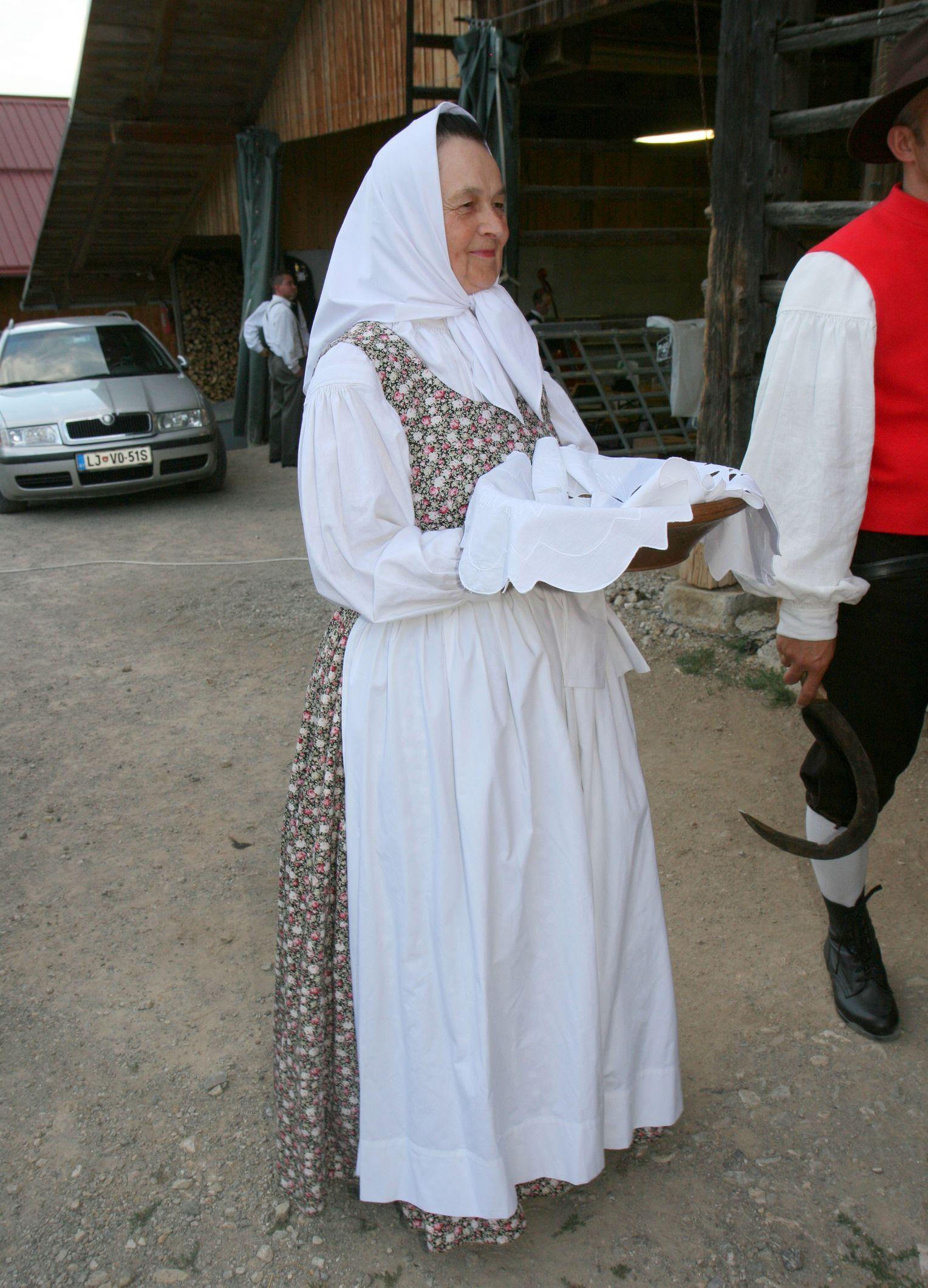 Dolgoletna predsednica Mara Okorn v folklornem kostumu